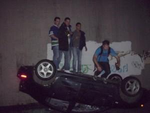 Stanley Cup 2011 Vancouver - Randalierer fotografieren sich auf umgestürztem Fahrzeug