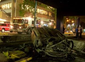 Stanley Cup 2011 Vancouver - Völlig zerstörtes Auto in Parkhaus.