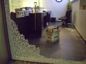 Stanley Cup 2011 Vancouver - Zerstörte Front eines Bürogebäudes