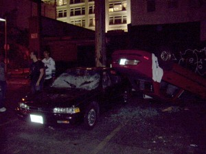 Stanley Cup 2011 Vancouver - Plünderer präsentieren demolierte Autos